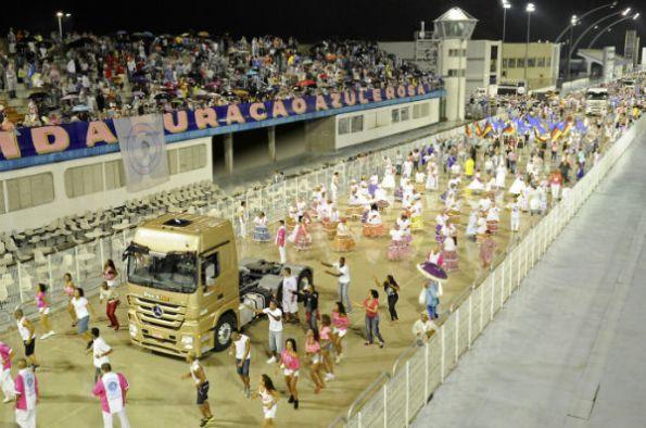 Heavy-Duty_Trucks_at_Brazilian_Carnival_in_Sao_Paulo_(2)-w600-h600